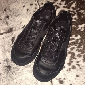 All black low top sneakers USED